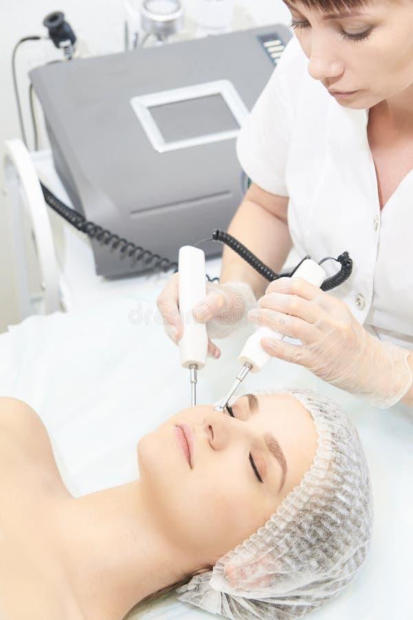 Ansikts- mikroaktuellt cosmetologytillv?gag?ngss?tt Sk?nhetteknologibehandling Kvinnaframsidaterapi arkivbilder