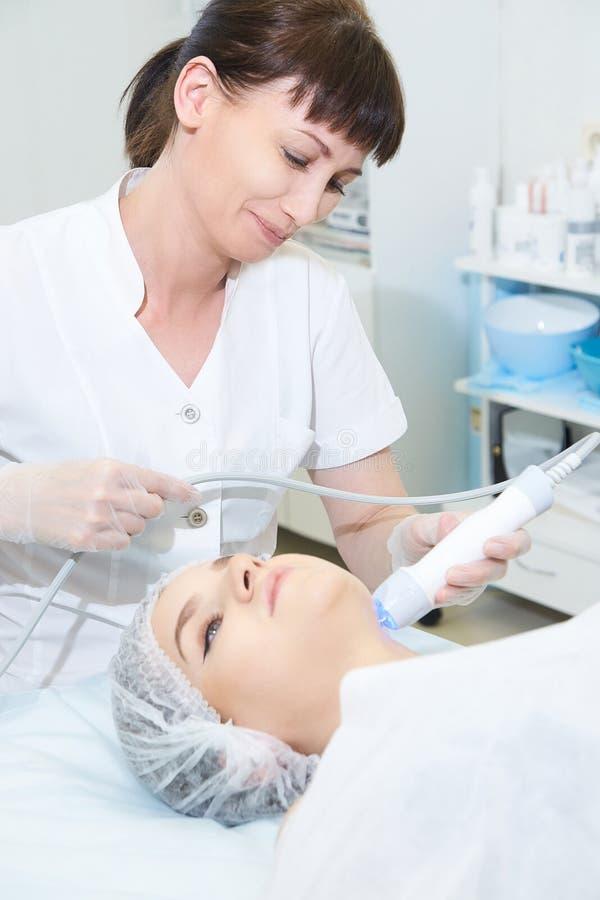 Ansikts- mikroaktuellt cosmetologytillv?gag?ngss?tt Sk?nhetteknologibehandling Kvinnaframsidaterapi arkivbild