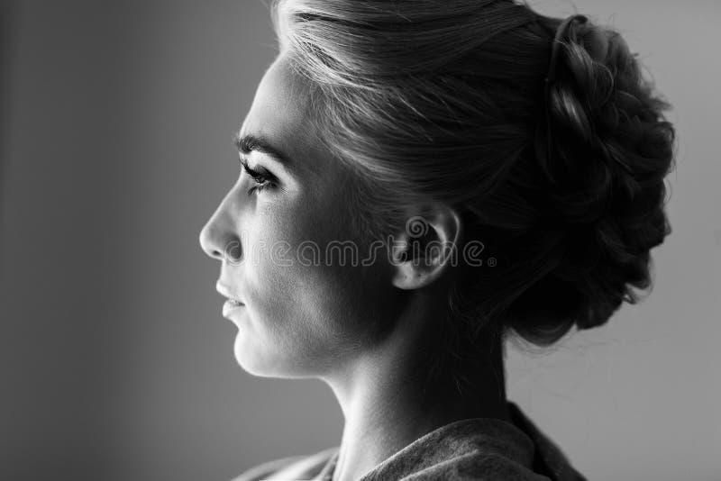 Ansikts- profil av den ursnygga blonda kvinnan som ut ser fönstret royaltyfri fotografi