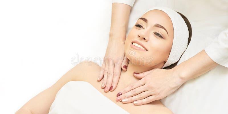 Ansikts- salongmassage Yrkesm?ssig terapi f?r kvinna Händer på halsen Sunt kosmetiskt tillvägagångssätt Lyxig Spa behandling arkivbild