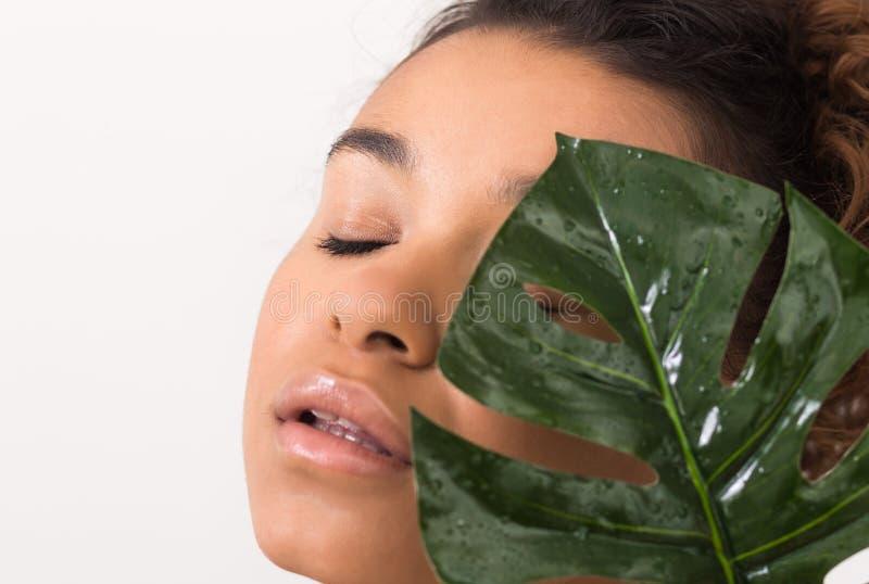 Ansikts- skönhet Kvinna med ny sund hud royaltyfria bilder