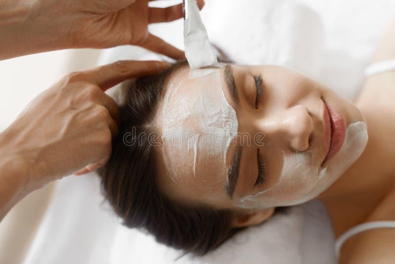 Ansikts- skönhetbehandling Härlig kvinna som får den kosmetiska maskeringen royaltyfri fotografi
