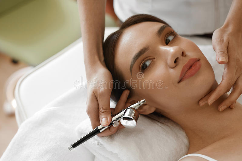 Ansikts- skönhetbehandling Kvinna som får syrehudskalning royaltyfria bilder