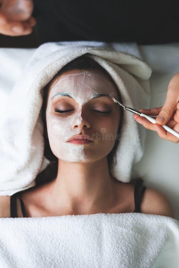 Ansikts- skönhetmaskering för ung kvinna arkivbild
