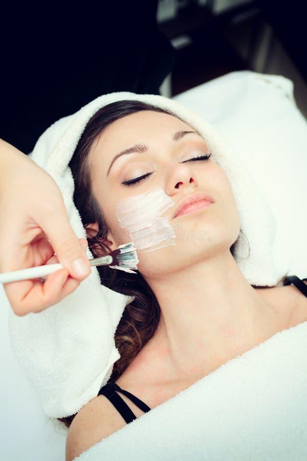 Ansikts- skönhetmaskering för ung kvinna royaltyfri fotografi