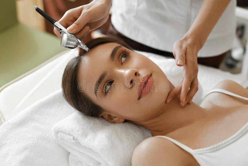 Ansikts- skincare Behandling för skönhet för skalning för kvinnahälerisyre royaltyfri fotografi