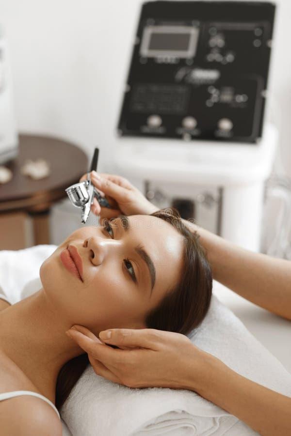 Ansikts- skincare Behandling för skönhet för skalning för kvinnahälerisyre arkivbilder