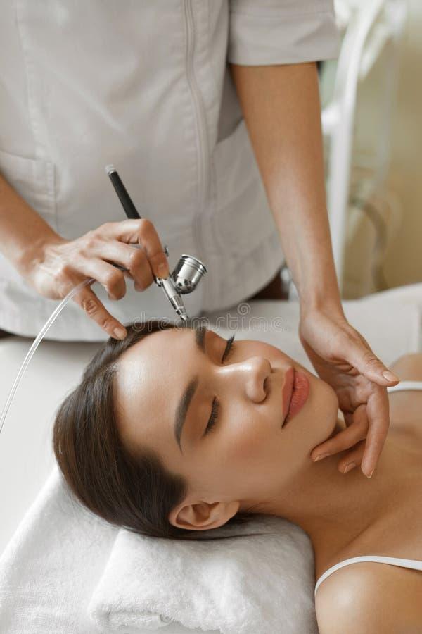 Ansikts- skincare Behandling för skönhet för skalning för kvinnahälerisyre royaltyfri foto