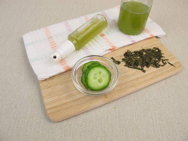 Ansikts- sprej med grönt te och gurkan mot okysk och torr hud royaltyfria foton
