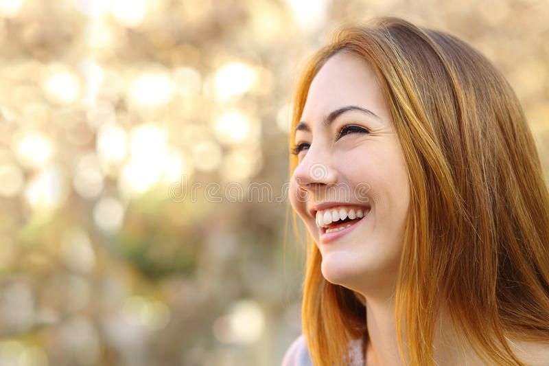 Ansikts- stående av roligt skratta för kvinnaframsida arkivfoto