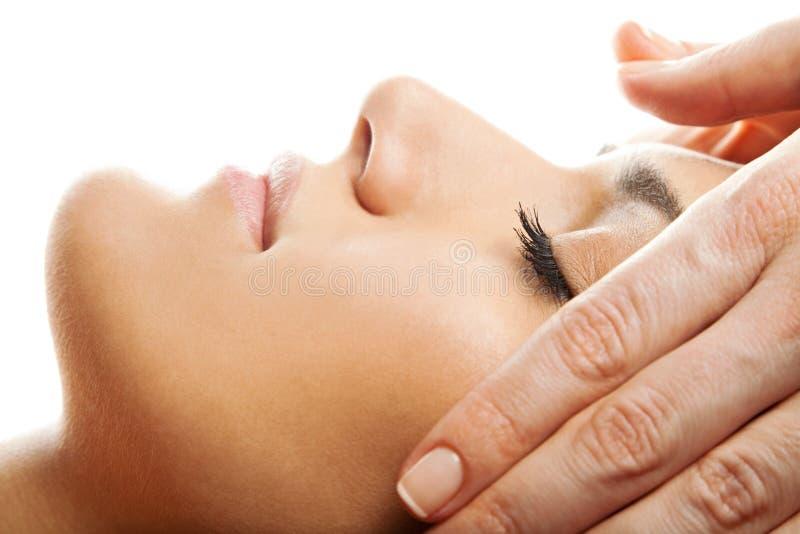 ansiktsbehandling isolerad massage royaltyfri bild