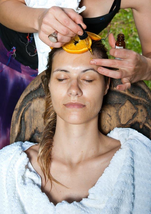 ansiktsbehandling som har behandlingkvinnan royaltyfri foto