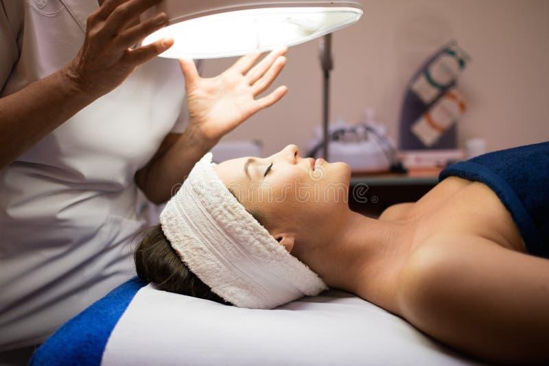 ansiktsbehandling som har behandlingkvinnan fotografering för bildbyråer