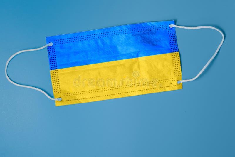 Ansiktsmask med ukrainsk flagg Begreppet hälsoproblem Koncept för kirurgi och bekämpning av coronavirus i Ukraina arkivfoto