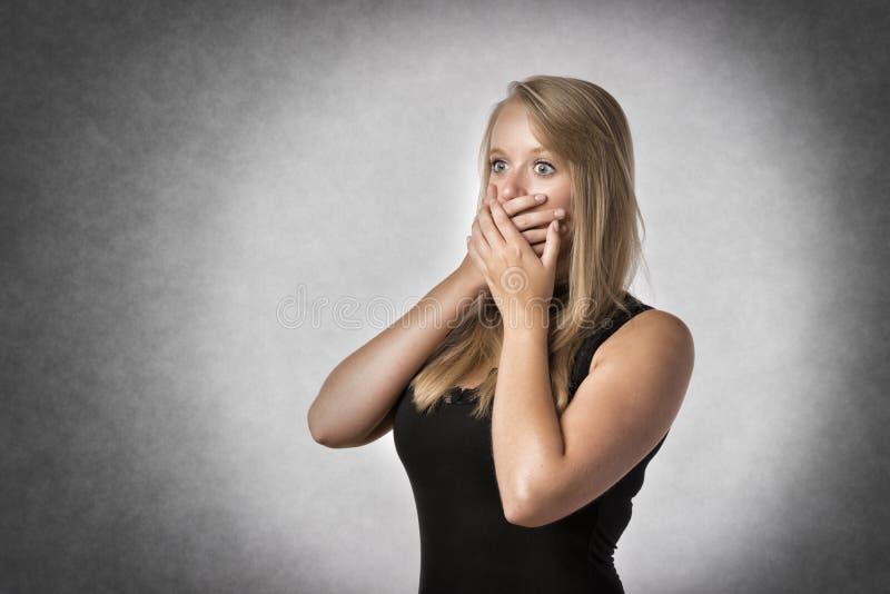 Ansiosamente mujer rubia fotografía de archivo