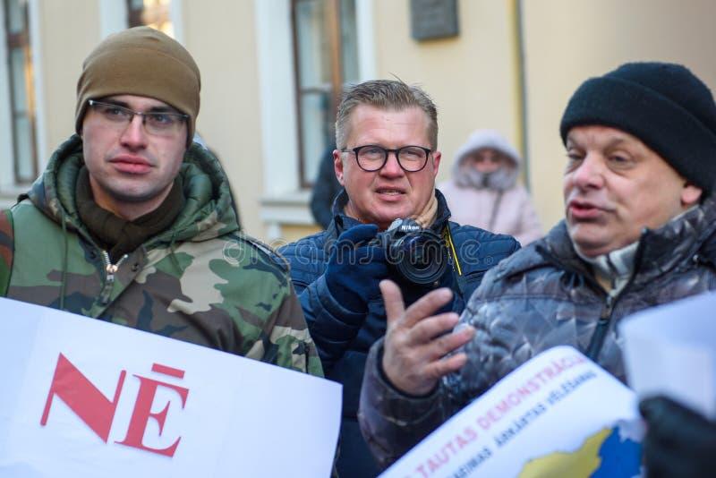 Ansis Pupols, journalist C, tijdens Demonstratie tegen nieuwe coalitie van regering van Letland royalty-vrije stock foto