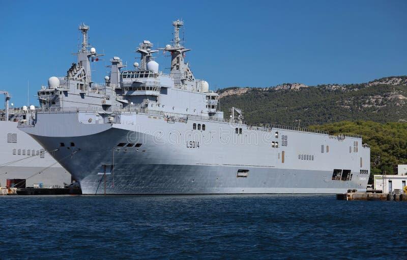 Anslöt bäraren för helikoptern för amfibisk anfall för Th i den franska maringrunden på hamnen av Toulon, Frankrike royaltyfri fotografi