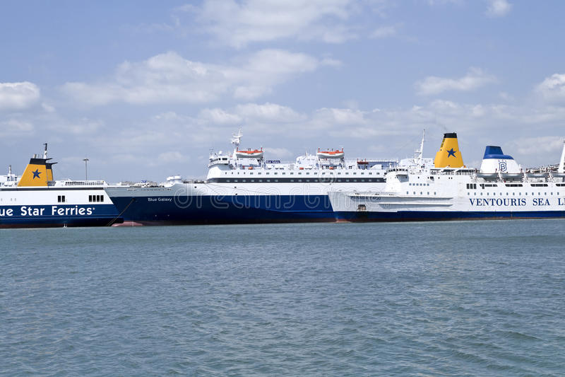 Anslöt skepp i den Piraeus hamnen, Grekland arkivbilder