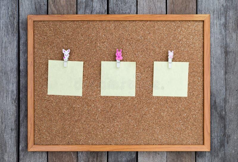 Anslagstavla med den tomma notepaden arkivbilder