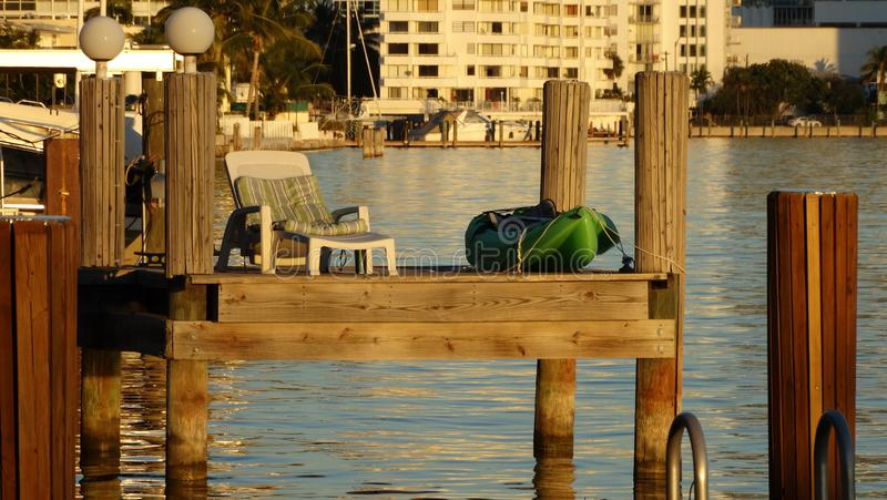 Ansluta för att vila och dricka en rik sunbath på solnedgången royaltyfri foto