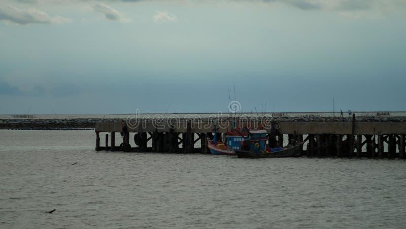 Anslutit fartyg på hamnen arkivbild