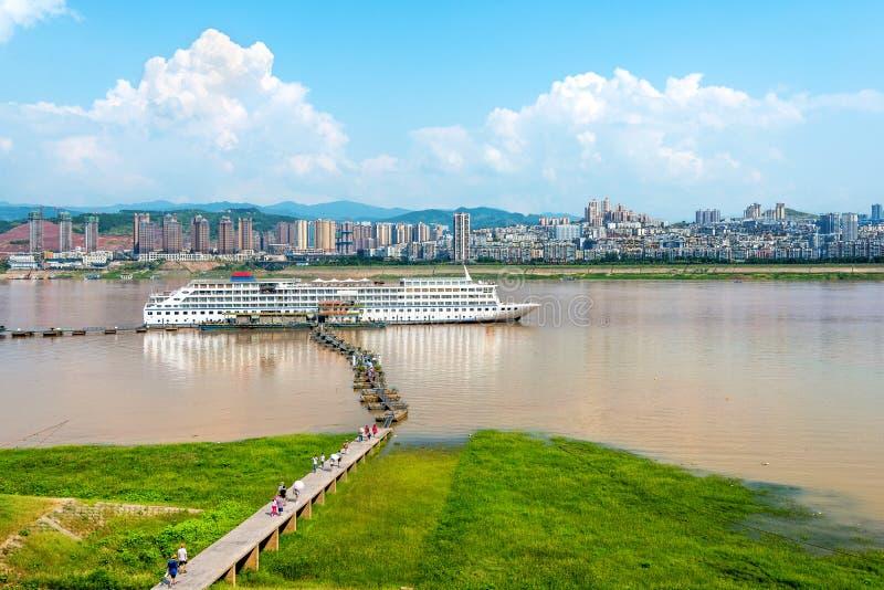 Anslutit i den Yangtze River kryssningen royaltyfria bilder