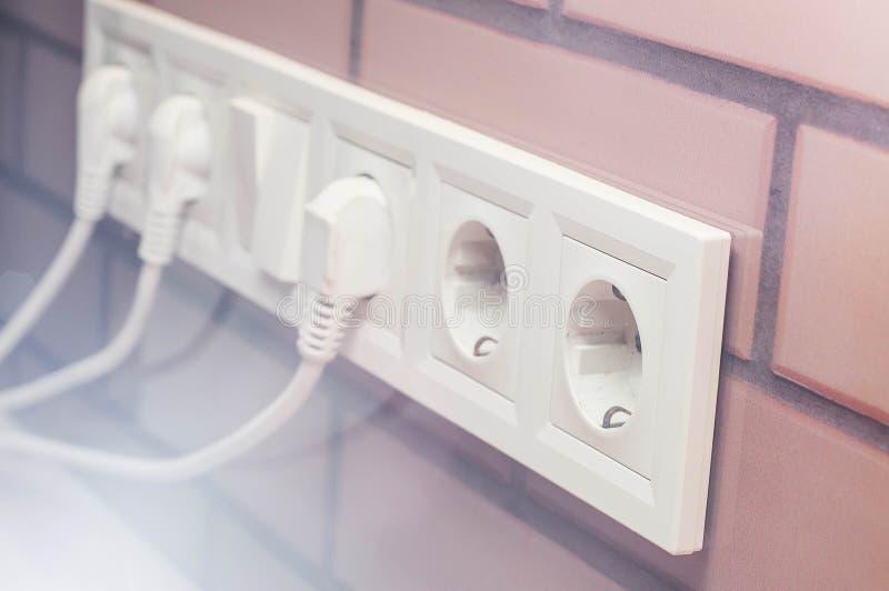 Anslutning av elektriska apparater som binder h?ligheter f?r designen och konstruktionen arkivbild