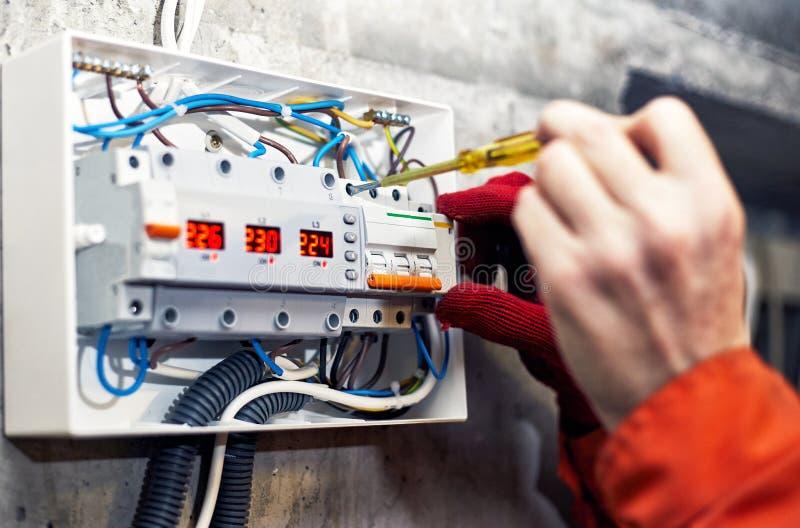 Anslutning av strömförsörjningsystemet av elektricitet royaltyfri fotografi