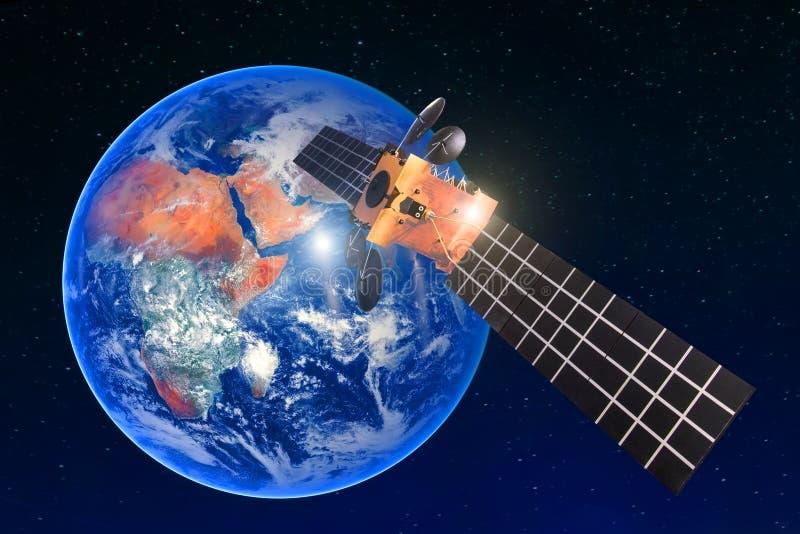 Anslutning för den satellit- telekommunikationen, överför radiokommunikation på den geostationära omloppet av jorden Mot backgroe arkivfoto