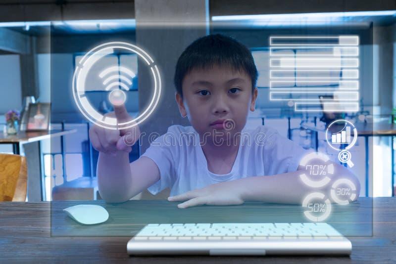 Anslutning för rörande skärm för unge en modern arkivbilder