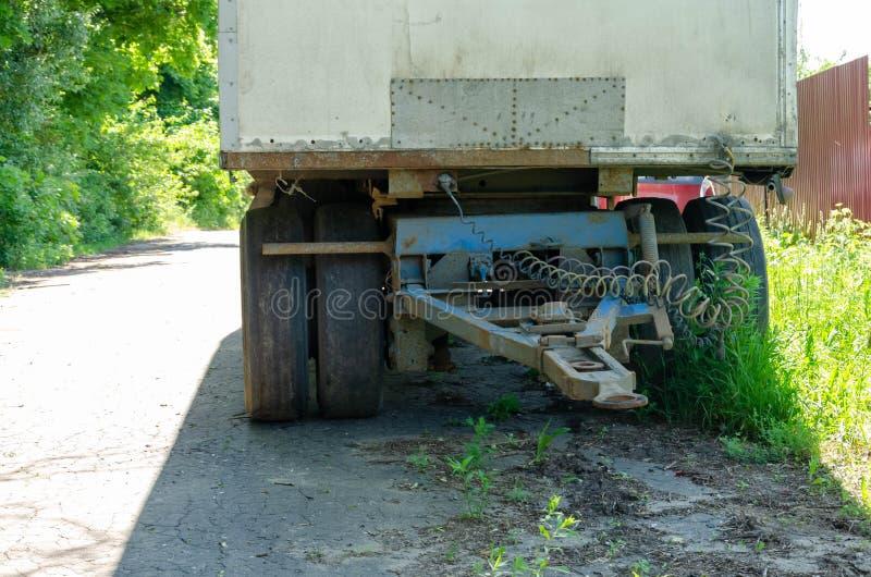 Anslutningen mellan lastbilen och sl?pet arkivbilder