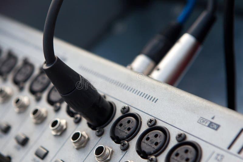 Anslutningskablar förbinder förstärkaren och högtalaren arkivfoton
