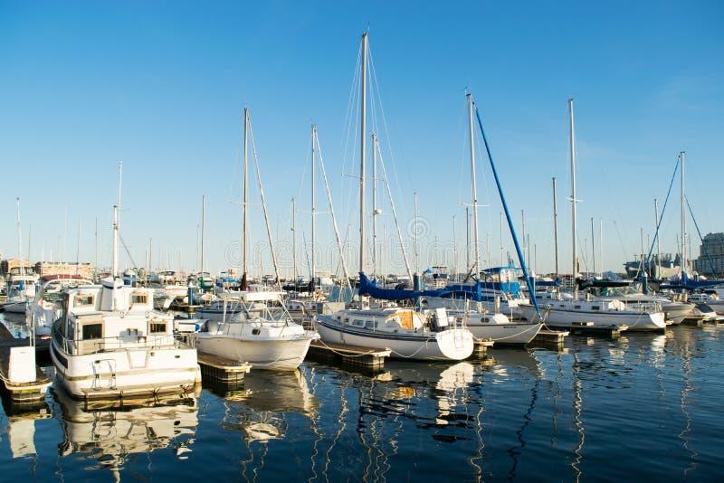 Anslutningsområden och seglar fartyg i det inre hamnområdet i Baltimo royaltyfri foto
