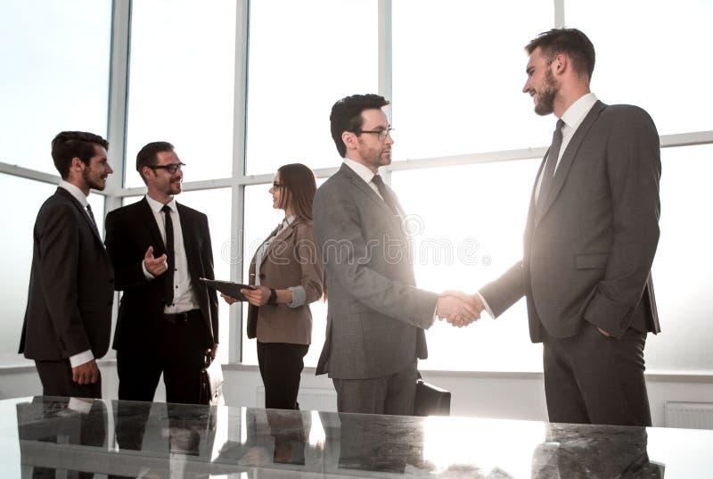 Anställd accepterar lyckönskan från framstickandet royaltyfri fotografi