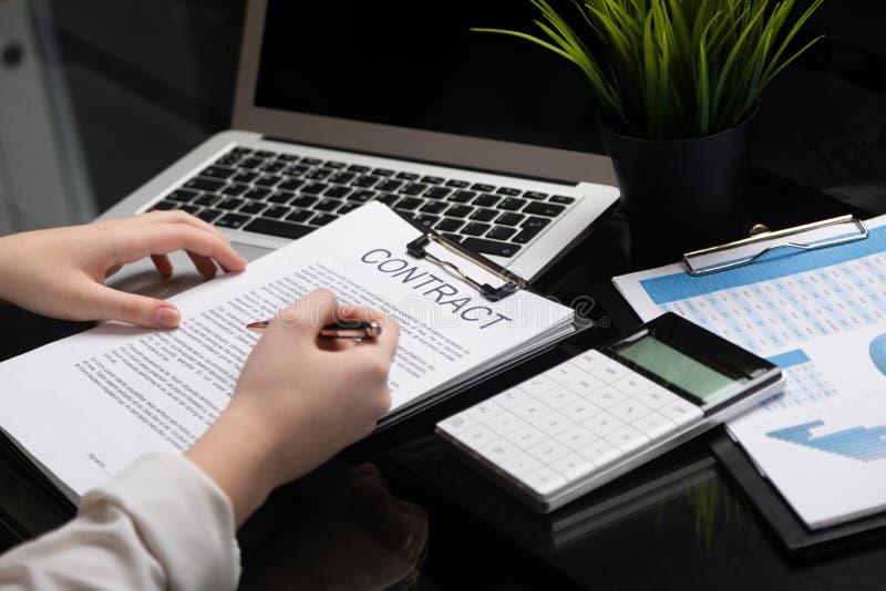 Anställd får bekantad med avtalet i stilfullt kontor arkivfoton