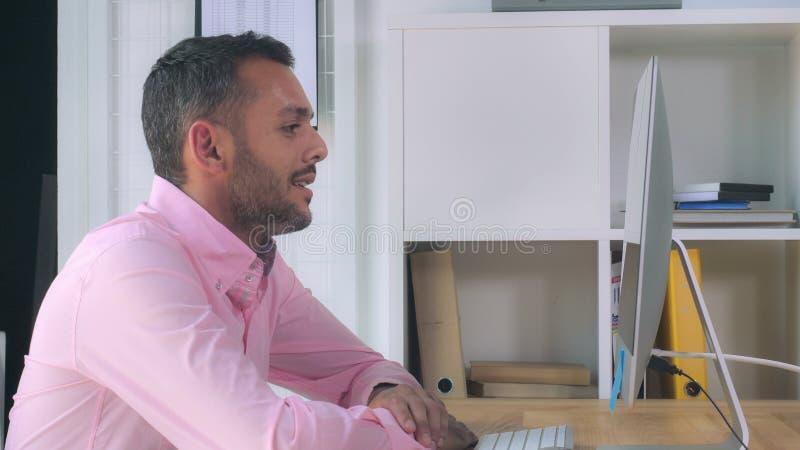 Anställd på arbetsplatsen som förhandlar med partnern arkivfoto