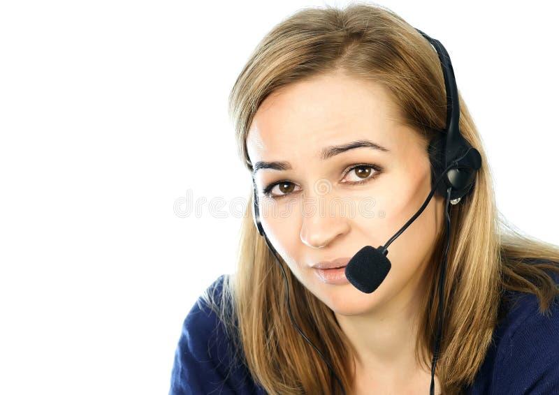 Anställd som arbetar i en appellmitt Hörlurar med mikrofontelefonförsäljningkvinna som talar på helpline royaltyfri bild