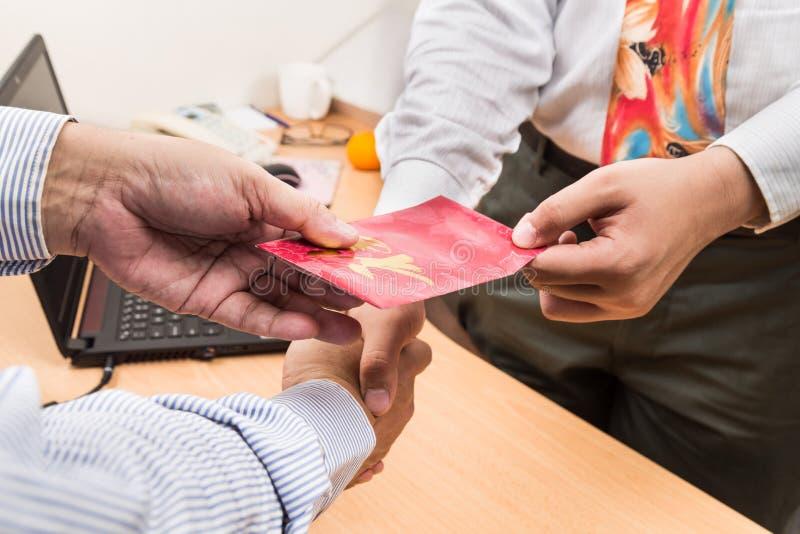 Anställd som mottar det röda paketet med wordings för bra förmögenhet, från e royaltyfri foto
