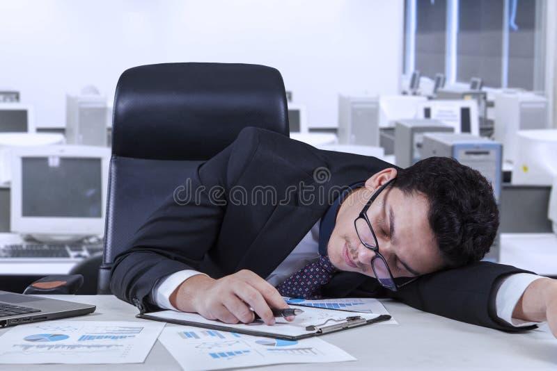 Anställd ta sig en tupplur i kontoret arkivbilder