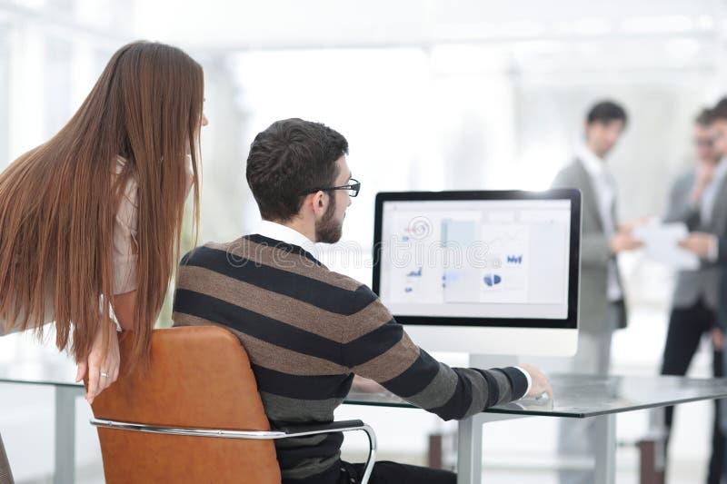 Anställda analyserar marknadsföringsintrig arkivbilder