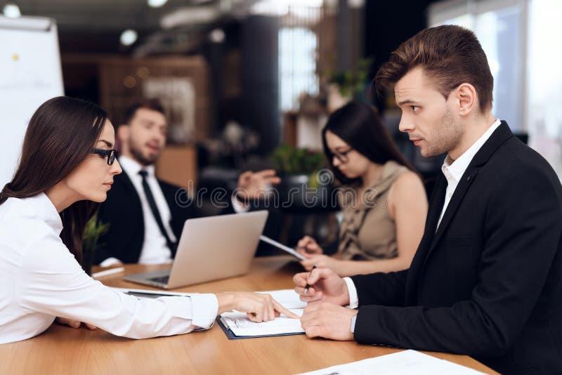 Anställda av företaget rymmer ett möte på tabellen royaltyfri bild