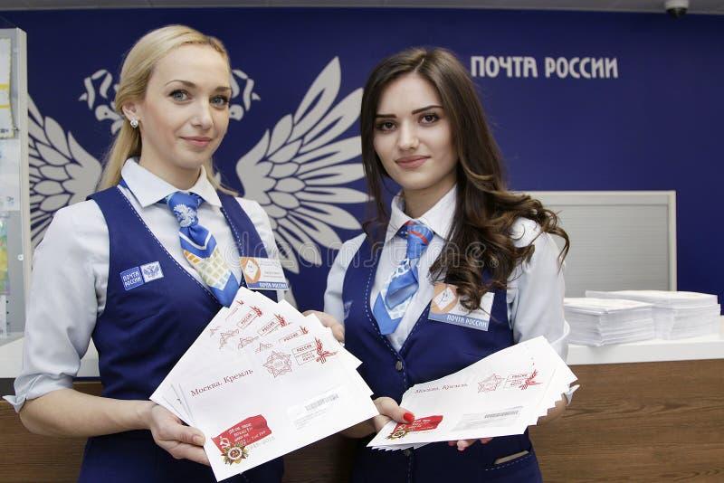 Anställda av poststolpen - kontor i Ryssland royaltyfri fotografi