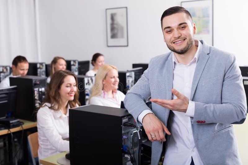 Anställda som arbetar på kontoret arkivfoto