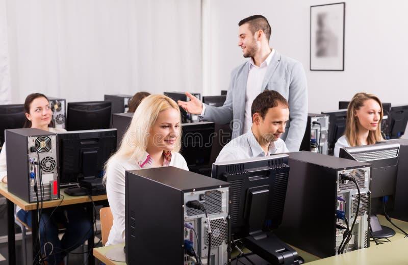Anställda som arbetar på kontoret arkivfoton