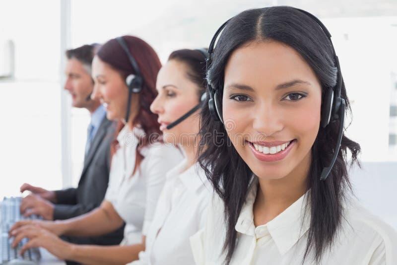 Anställda som skriver på deras datorer arkivfoto