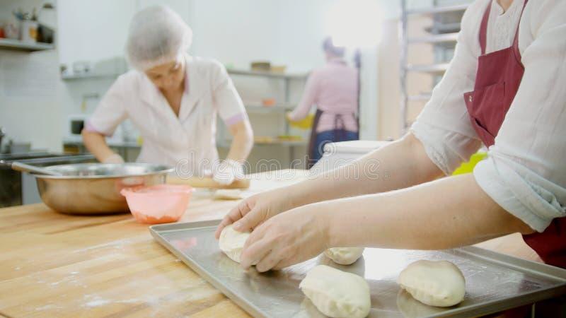 Anställdkvinnorna av bageriarbetet arkivbilder