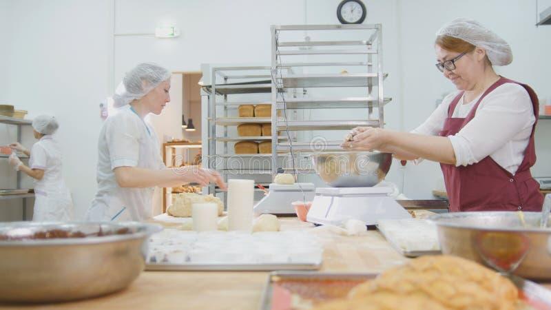 Anställdkvinnorna av bageriarbetet arkivfoto