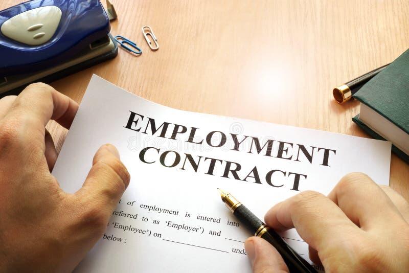 Anställningsavtal på en kontorstabell arkivfoto