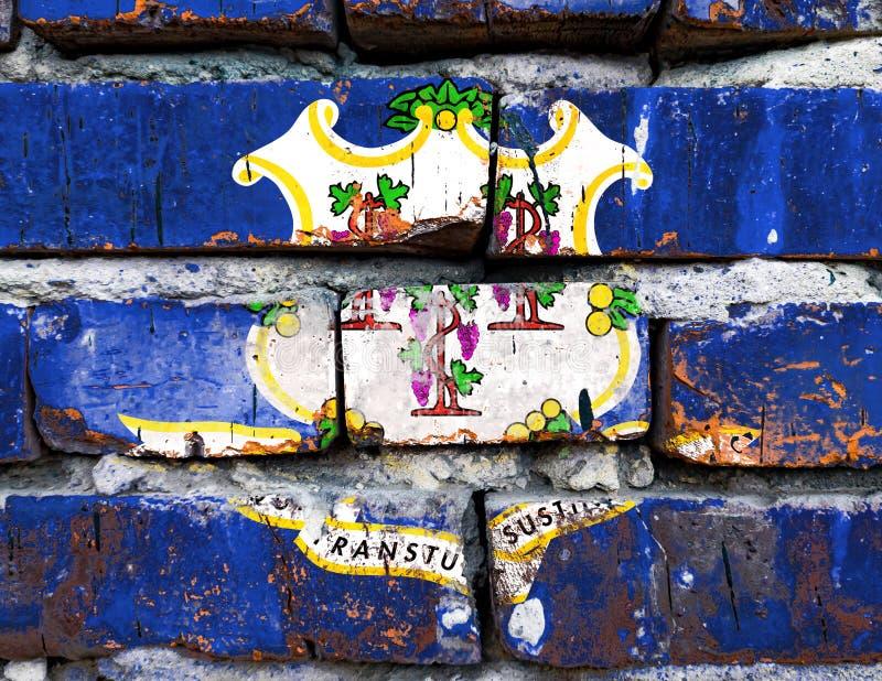 Ansteckungskrone, beschädigte, kratzende, alte geeinte Staaten auf Ziegelmauer stockfotografie