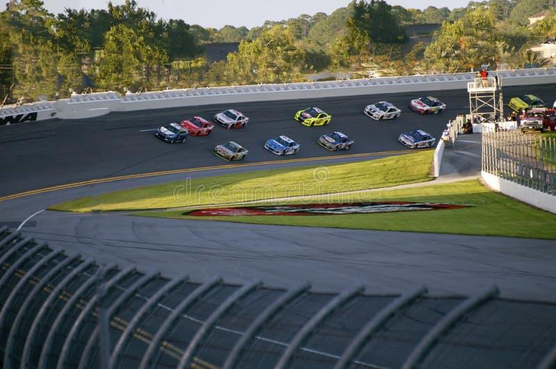 Anstellen von Autos bei Daytona 500 in Daytona Beach, Florida lizenzfreies stockbild